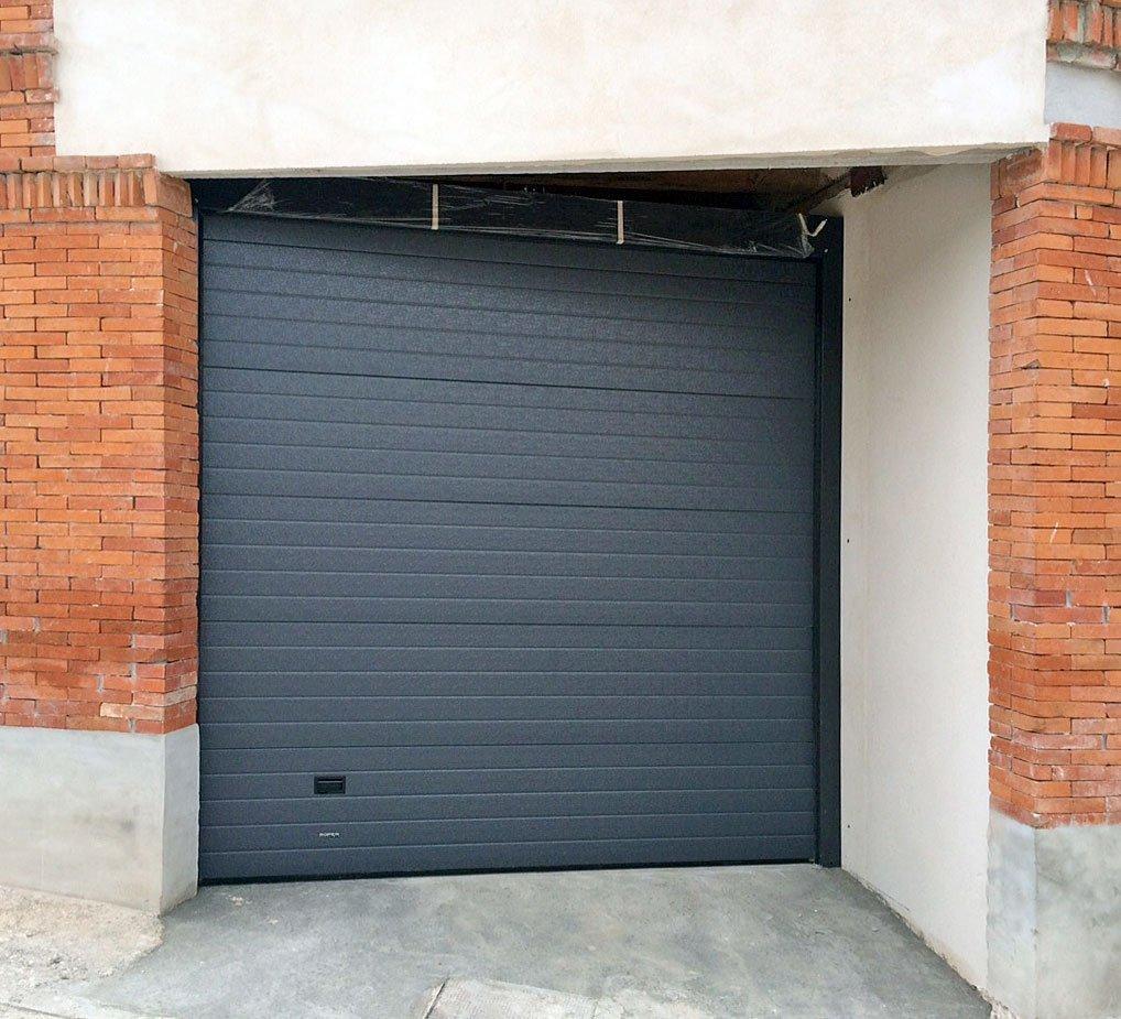 Puerta seccional gris - PersySol - Soluciones Profesionales